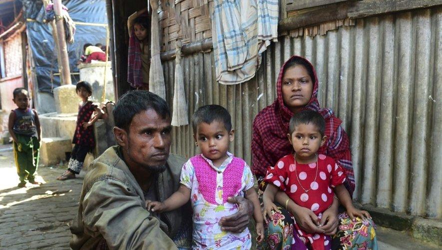 Deen Mohammad et son épouse Roshida avec leurs jeunes enfants après leur fuite du Birmanie, le 24 novembre 2016, dans un camp de réfugiés à Teknaf