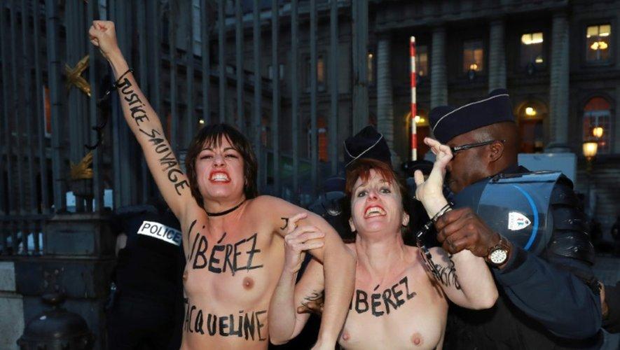Des militantes Femen interpellées après avoir tenté de s'attacher aux grilles du palais de justice de Paris pour protester contre le rejet en appel de la demande de libération conditionnelle de Jacqueline Sauvage, le 25 novembre 2016 à Paris