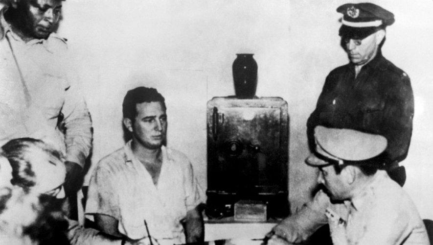 Fidel Castro endendu par le colonel Chabiano, après l'échec de l'offensive contre la caserne de la Moncada le 26 juillet 1953 à de Cuba