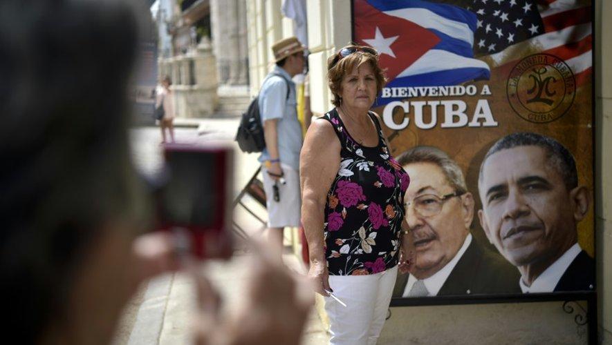 Une affiche de Raul Castro et Barack Obama à l'entrée d'un restaurant cubain le 19 mars 2016 à La Havane