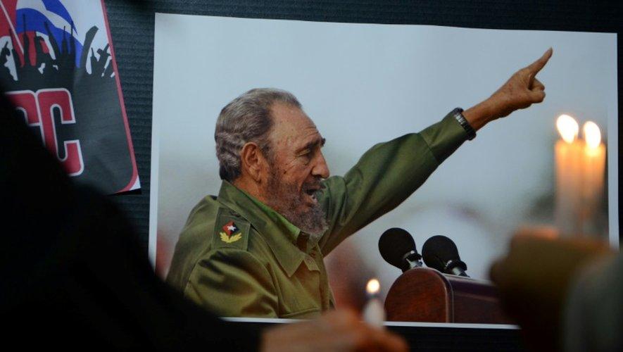 L'ancien président du Honduras Manuel Zelaya (g) tient une bougie dans ses mains pour rendre hommage à Fidel Castro, à Tegucigalpa, le 26 novembre 2016