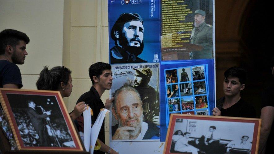 Des étudiants de La Havane ressortent les photos marquantes de la vie de Fidel castro, le 26 novembre 2016