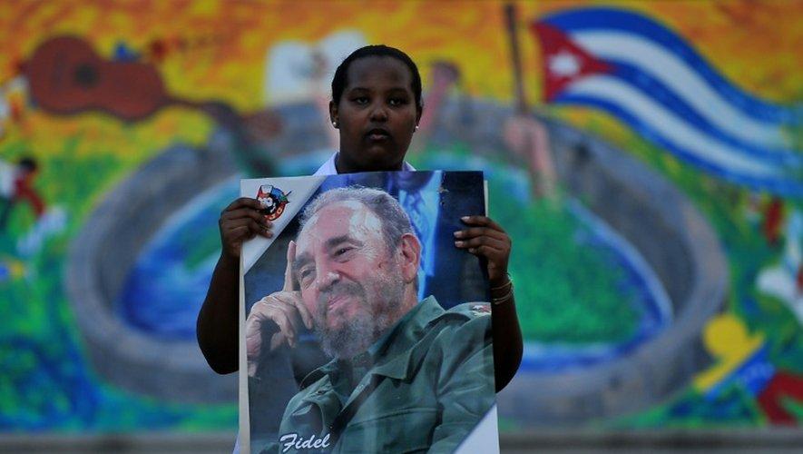 Une femme tient un portrait de Fidel Castro, en hommage au père de la Révlution cubaine au lendemain de sa mort, le 26 novembre 2016 à La Havane