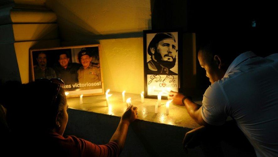 Des étudiants allument des bougies en hommage au père de la Révolution cubaine, à l'université de La Havane, le 26 novembre 2016