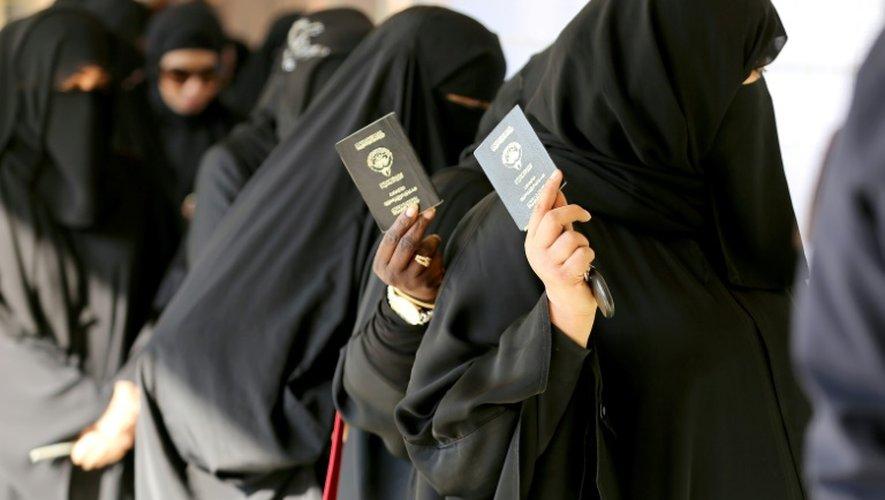 Des femmes koweitiennes s'apprêtent à voter le 26 novembre 2016 à Koweït