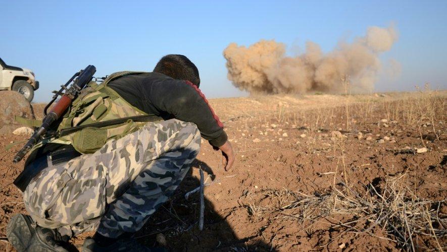 Un rebelle se tient à distance d'une mine laissée par les hommes de l'EI, que ses hommes font exploser le 25 novembre 2016 à à Tilalayn
