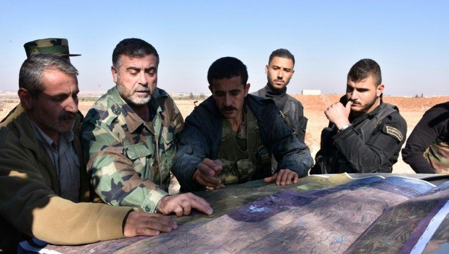 Des combattants du régime syrien étudient une carte lors d'une offensive visant Al-Bab le 25 novembre 2016 à Alep
