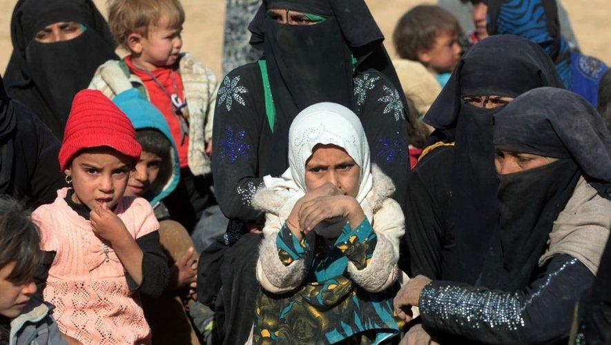 Plus de 70.000 personnes ont fui les combats depuis le début de la bataille de Mossoul, lancée le 17 octobre par les forces irakiennes pour reprendre à l'EI son bastion irakien. Photo de civils à Qayyarah le 26 novembre 2016