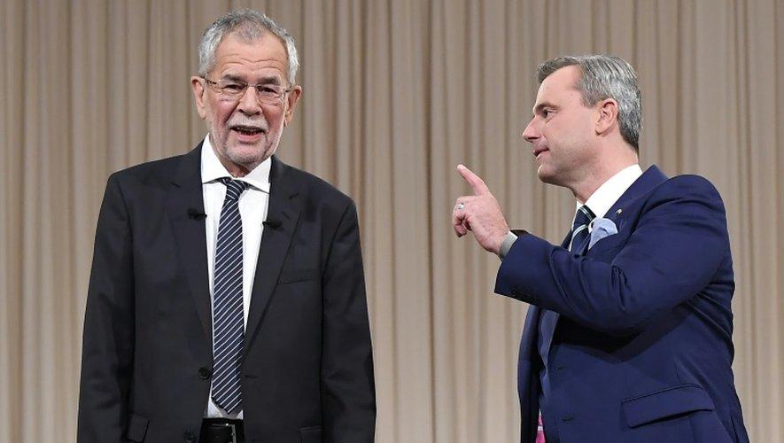 Le candidat écologiste Alexander Van der Bellen (g) et le candidat du parti anti-immigration FPÖ, Norbert Hofer (d), avant un débat télévisé, à une semaine de l'élection présidentielle, le 27 novembre 2016 à Vienne, en Autriche