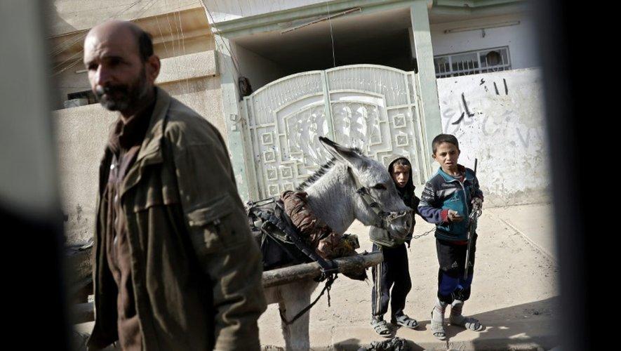 Des habitants dans une rue d'un quartier de Mossoul récemment repris aux jihadistes, le 27 novembre 2016 en Irak