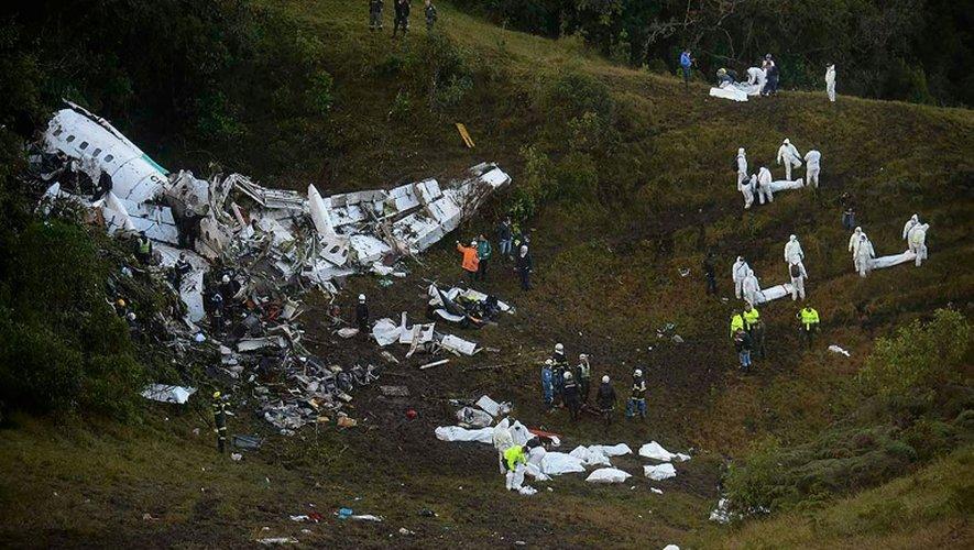 Des équipes de secours sur le site du crash d'un avion dans la zone montagneuse de Cerro Gordo, à environ 50 km de Medellin, le 29 novembre 2016 en Colombie