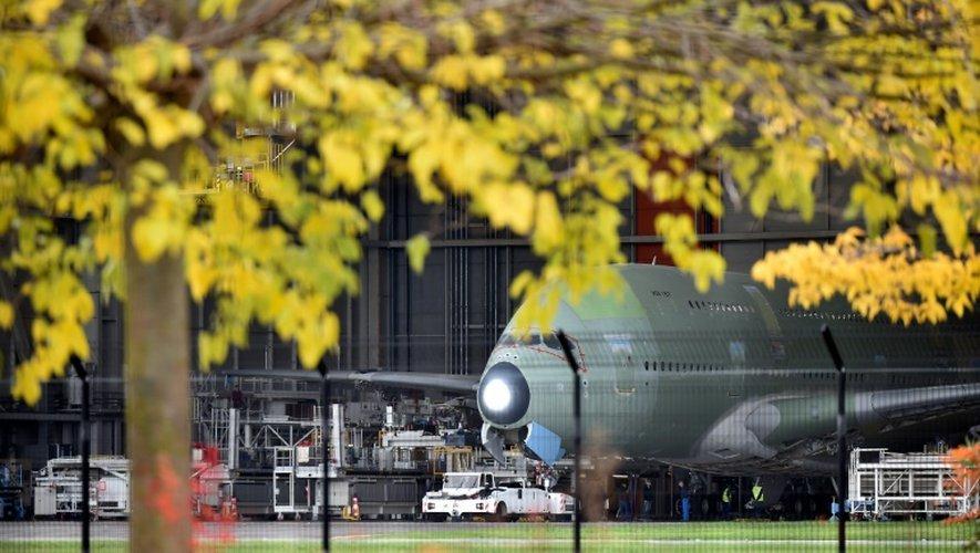 Des employés d'Airbus s'affairent sur un A380 sur le site de Toulouse Blagnac, le 25 novempbre 2016