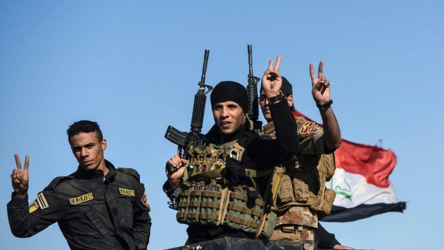 Les forces irakiennes font le signe de la victoire à leur arrivée à Gogjali, aux portes de Mossoul, le 3 novembre 2016