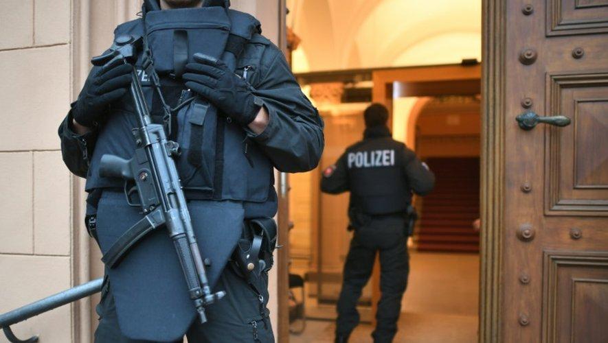 Des policiers au tribunal de Celle, dans le nord de l'Allemagne, le 20 octobre 2016