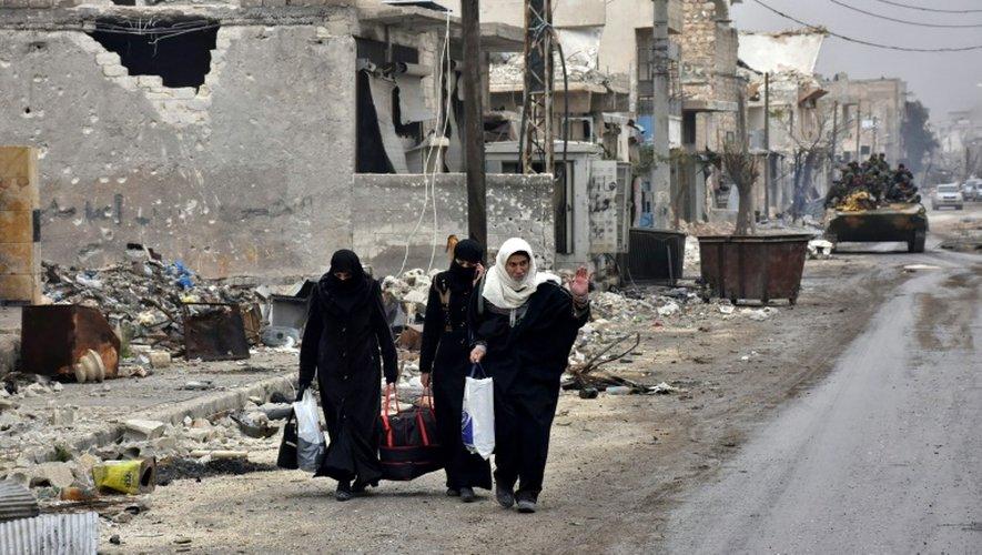 Des habitants fuient Alep-est, en Syrie, le 30 novembre 2016