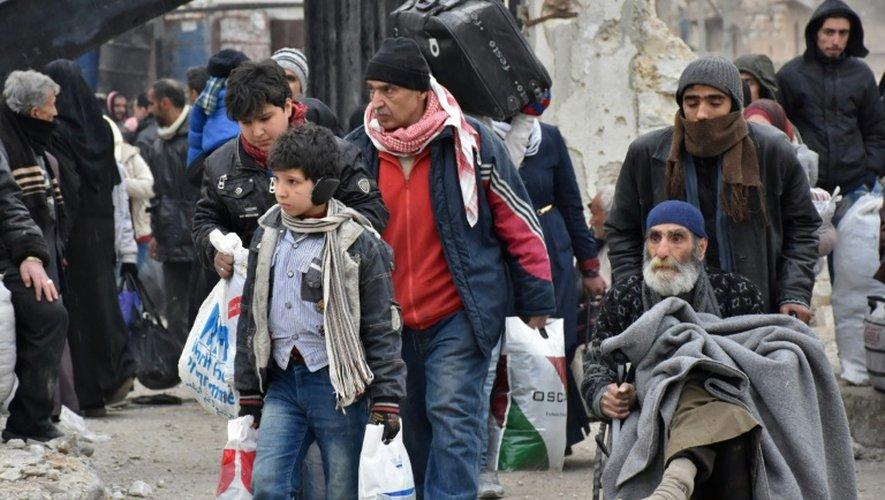 Des Syriens fuient Alep-est le 30 novembre 2016