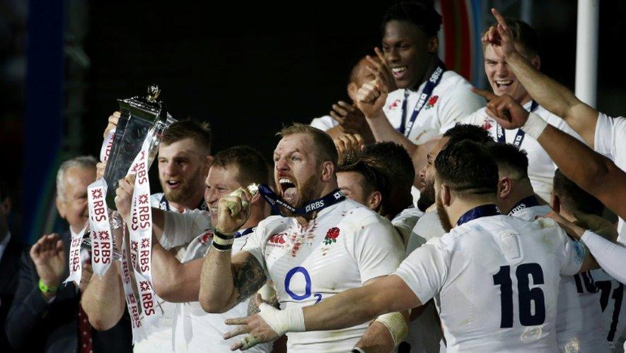 Les joueurs du XV anglais fêtent leur victoire dans le tournoi des Six nations, le 19 mars 2016 au Stade de France