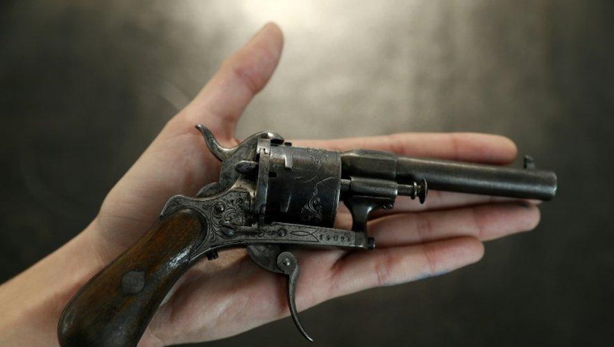 Le revolver à six coups avec lequel Paul Verlaine tenta de tuer Arthur Rimbaud, un après-midi de juillet 1873 à Bruxelles, a été vendu mercredi pour 434.500 euros