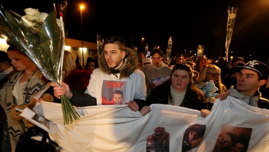 A gauche, le père de Tony, 3 ans, mort le 26 novembre sous les coups du conjoint de sa mère, lors d'une marche blanche à la mémoire du garçonnet, le 30 novembre 2016 à Reims