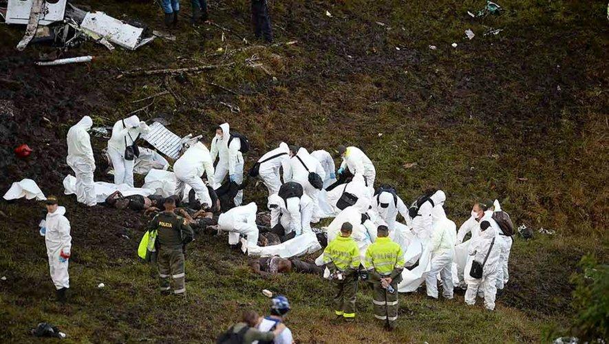 Les secours emportent le 29 novembre 2016 les corps des victimes du crash aérien survenu la veille à Cerro Gorde en Colombie
