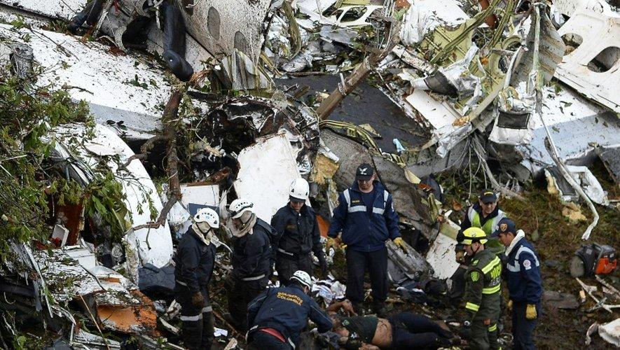 Les secours le 29 novembre 2016 au milieu de la carcasse de l'avion qui s'est écrasé la veille à Cerro Gorde en Colombie