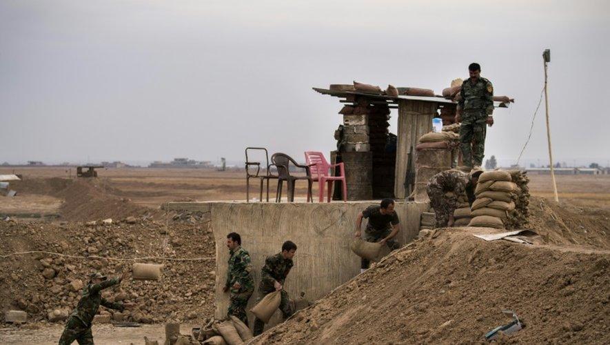 Des combattants peshmergas renforcent leur position avec des sacs de sable à Shaqouli, à 35 kilomètres à l'est de Mosoul, le 10 novembre 2016 en Irak