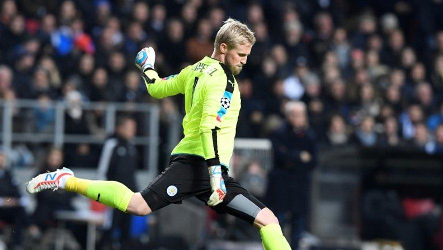 Le gardien de Leicester City Kasper Schmeichel dégage le ballon lors du match face à FC Copenhague en Ligue des champions, le 2 novembre 2016 à Copenhague