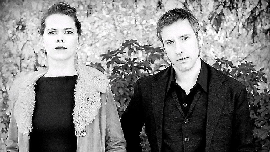 Violaine Fouquet (voix) et Brendan De Roeck (guitare, voix).