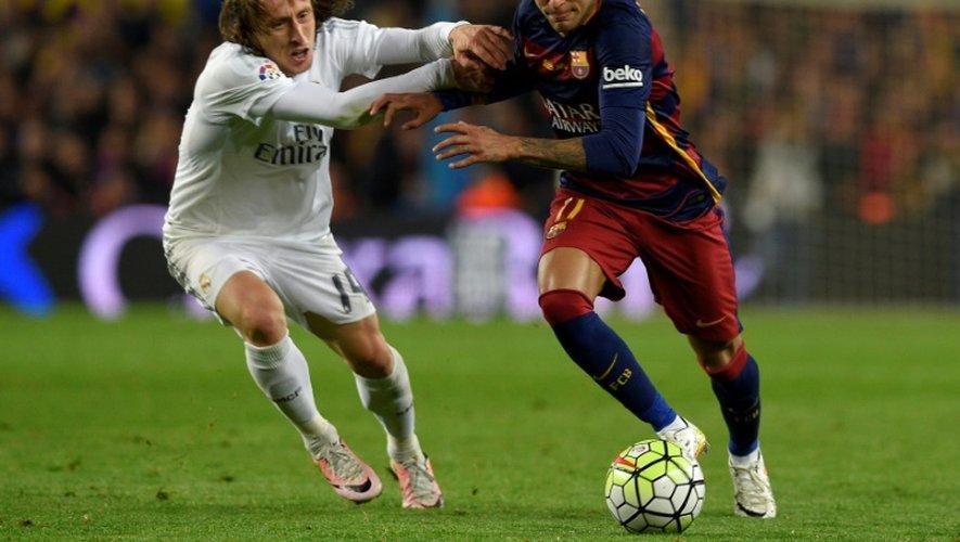 L'attaquant barcelonais Neymar à la lutte avec le milieu Luka Modric du Real Madrid, lors du dernier clasico disputé au Camp Nou, le 2 avril 2016