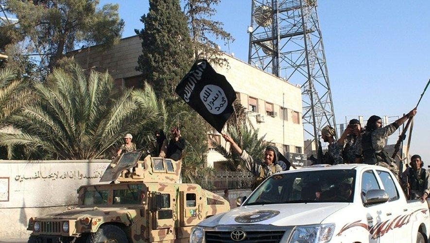 Photo fournie le 30 juin 2014 par le media jihadiste Welayat Raqa montrant des membres du groupe EI pavoisant dans Raqa