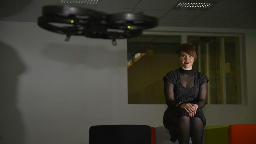 La scientifique ukrainienne Nataliya Kosmyna fait voler un drone avec son esprit à l'université des sciences à Rennes, le 1er décembre 2016