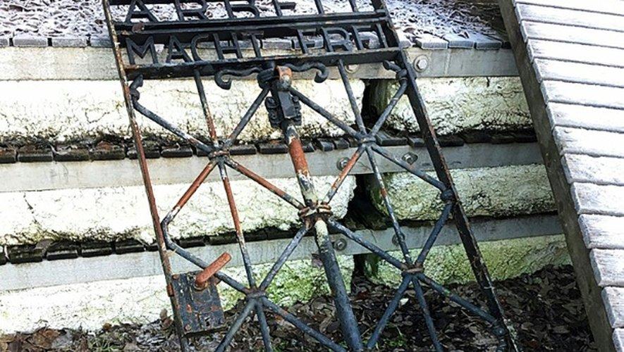 Cette photo non datée, fournie le 2 décembre 2016 par la police bavaroise et prise près de Bergen en Norvège, montre la porte en fer de l'ancien camp de concentration nazi à Dachau, dans le sud de l'Allemagne