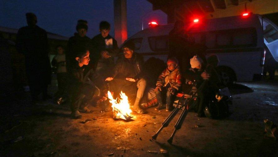 Des syriens dans un centre gouvernemental accueillant les déplacés du fief rebelle d'Alep-Est, le 1er décembre 2016, à Jibrin, à l'est de la ville