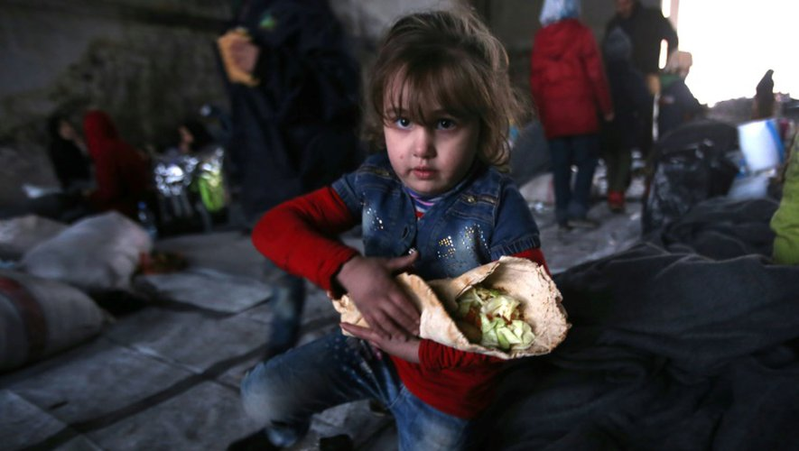 Un petite syrienne, qui a fui avec sa famille les zones rebelles d'Alep dans un refuge du quartier de Jibrin, à l'est de la ville, le 1er décembre 2016