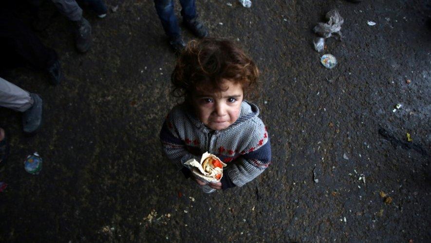 Un petite syrienne, qui a fui avec sa famille les zones rebelles d'Alep, le 1er décembre 2016, dans un refuge dans le quartier de Jibrin, à l'est de la ville