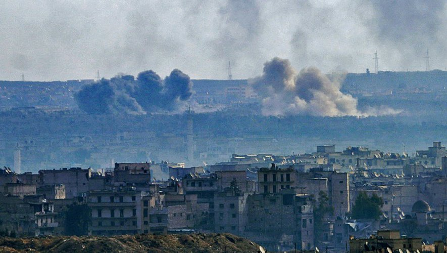 Une vue général d'Alep montrant des fumées s'échapper d'une zone de combat entre rebelles et le régime syrien, le 3 décembre 2016