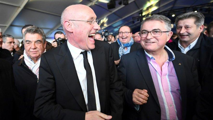 Bernard Laporte (g) souriant après avoir été élu président de la FFR, à l'issue de l'assemblée générale, le 3 décembre 2016 à Marcoussis (Essonne)