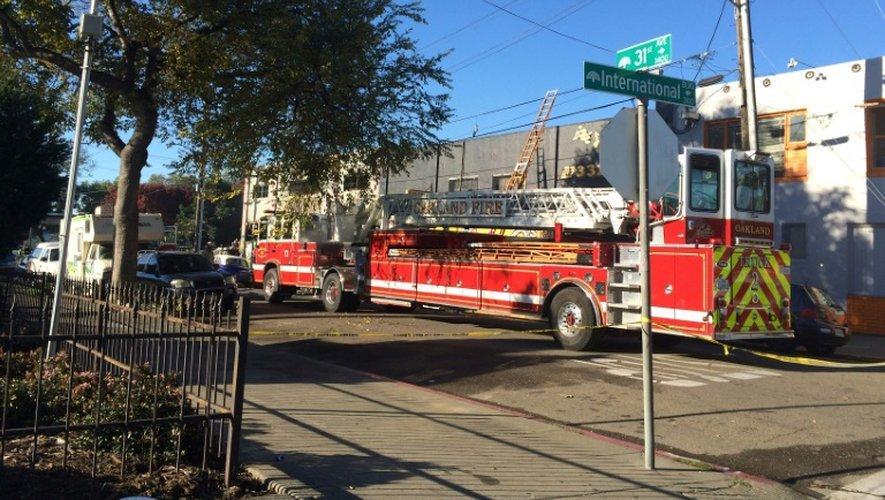 Les pompiers sur les lieux de l'incendie qui a ravagé l'endroit où se tenait une rave party, à Oakland dans la nuit du 2 au 3 décembre 2016