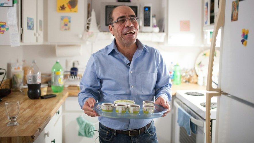 Fahed Fattouh sert le thé dans son appartement à Laval, au Canada, le 30 novembre 2016