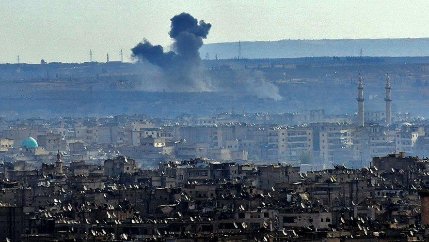 Une vue générale d'Alep où l'on voit de la fumée liée aux combats entre le régime et les rebelles, le 3 décembre 2016