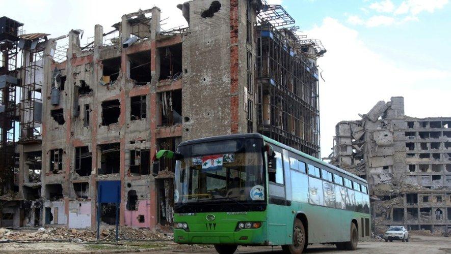Un bus emmenant des Syriens vers un quartier tenu auparavant par les rebelles le 3 décembre 2016 à Alep