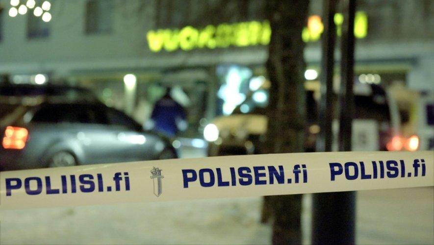 Un ruban déroulé par la police finlandaise interdit l'accès à la scène de crime, à Imatra