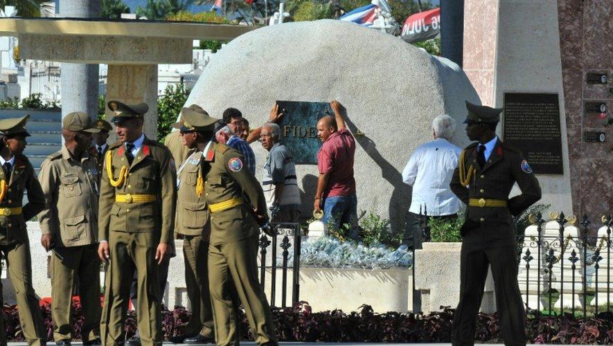 Des employés fixent une plaque sur la tombe de Fidel Castro à Santiago à Cuba le 4 décembre 2016