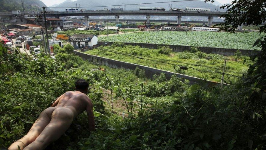 Photo de l'artiste Ou Zhihang diffisée par celui-ci, prise le 24 juillet 2011 sur le site d'un accident ferroviaire mortel à Wenzhou, dans l'est de la Chine