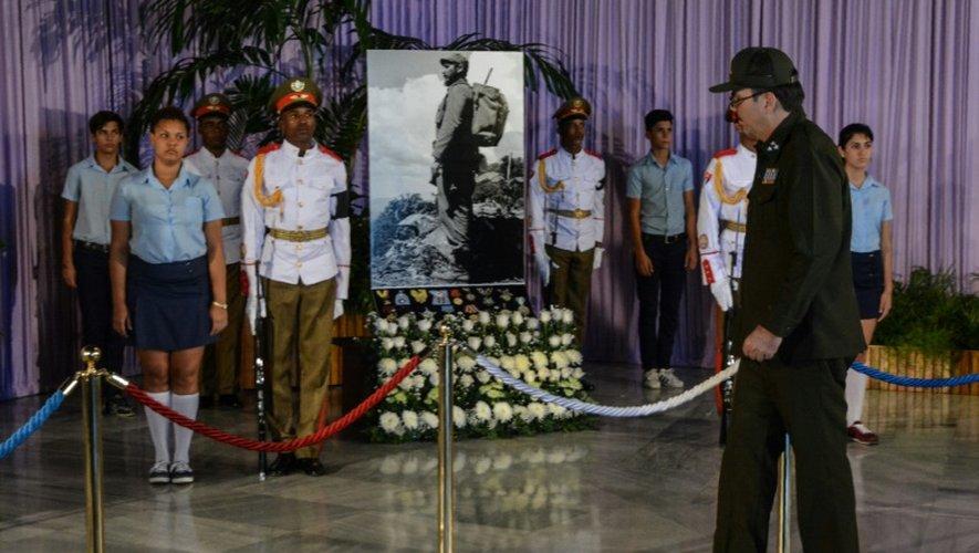 Alejandro Castro Espin (G), le fils du président cubain Raul Castro rend hommage à son oncle Fidel Castro à La Havane le 28 novembre 2016