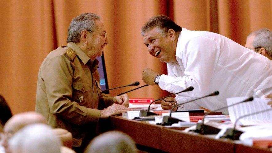 Le président cubain Raul Castro s'entretient avec le vice-président et ministre de l'Economie Marino Murillo (D) le 15 juillet 2015 à La Havane, dans une photo diffusée par le site internet de la présidence cubaine