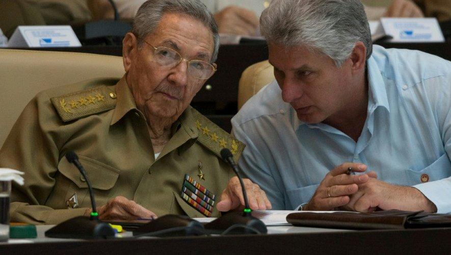 Le président cubain Raul Castro s'entretient avec le premier vice-président Miguel Diaz-Canel le 8 juillet 2016 à La Havane, dans une photo diffusée par le site internet de la présidence cubaine