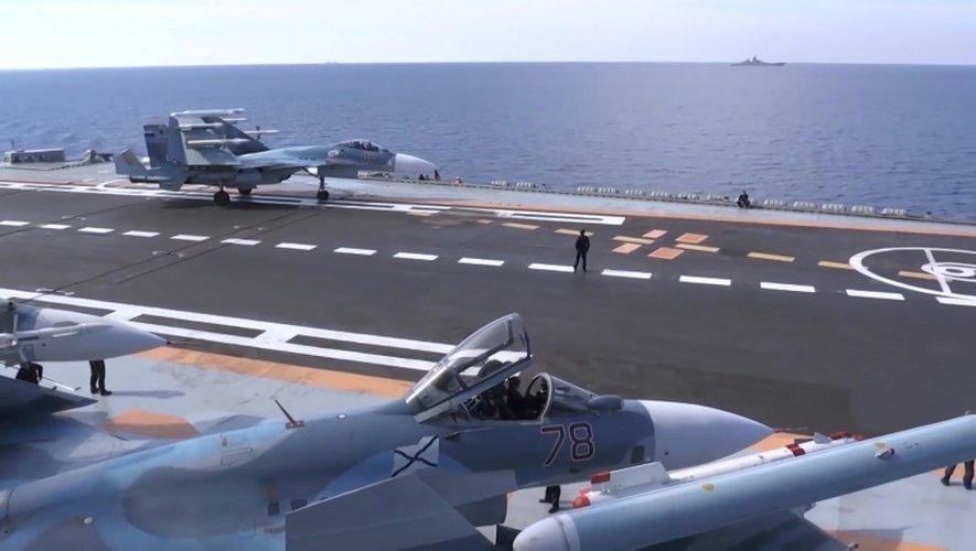 Image extraite d'une vidéo publiée sur le site officiel du ministère russe de la Défense le 15 novembre 2016 montrant le pont du porte-avions Amiral Kouznetsov en Méditarranée au large de la Syrie