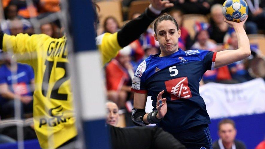 La Française Camille Ayglon prépare un tir face à la gardienne polonaise Weronika Janiszewska, le 4 décembre 2016 lors du match de l'Euro-2016 à Kristianstad