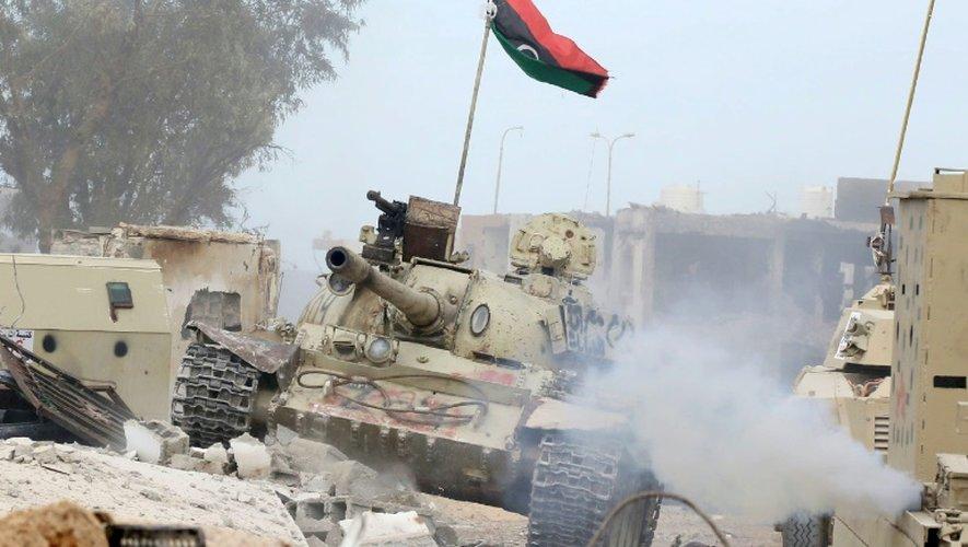 Un tank des forces loyalistes libyennes, le 21 novembre 2016 à Syrte en Libye
